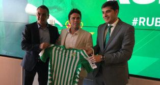 Rubi, junto a Alexis y Ángel Haro, en su presentación