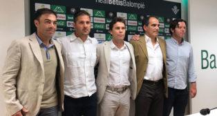 Rubi, junto a su cuerpo técnico en el Betis (M.G)