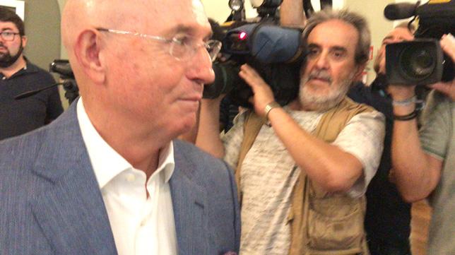 Serra, momentos antes de ofrecer su rueda de prensa en el Hotel Al-Andalus