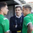Bartra y Tello dialogan con Iker Casillas ayer en Portimao (foto: Alberto Díaz)