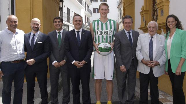 Presentación del acuerdo den patrocinio entre el Real Betis y Coosur (Foto: ABC)