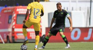 Joaquín encara a un rival, durante el Portimonense - Betis (Foto: LALIGA)