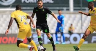 Javi García se marcha con el balón, durante el Portimonense - Betis (Foto: LALIGA)