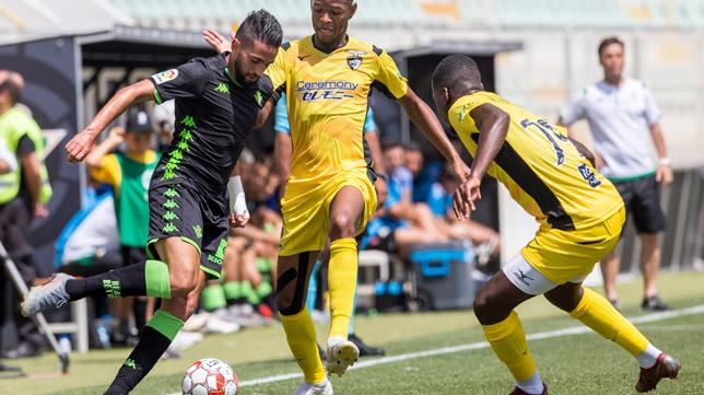 Boudebouz trata de irse de dos jugadores del Portimonense - Betis (Foto: Alberto Díaz)