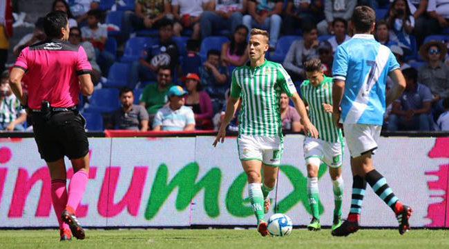 Canales, con el balón, busca a un compañero durante el Puebla-Betis (Foto: Real Betis).