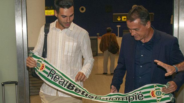 Dani Martín posa junto a Alexis en el aeropuerto de Sevilla (Foto: Manuel Gómez)