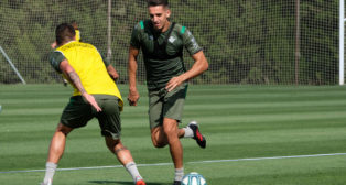 Feddal avanza durante el entrenamiento del Betis en Montecastillo (Foto: Paco Martín).