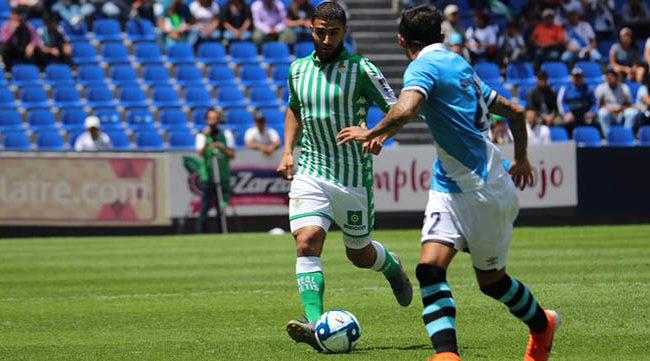 Fekir encara a un rival durante el Puebla-Betis (Foto: Real Betis).