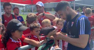 Fekir firma autógrafos a aficionados del Olympique Lyonnais (Foto: OL).