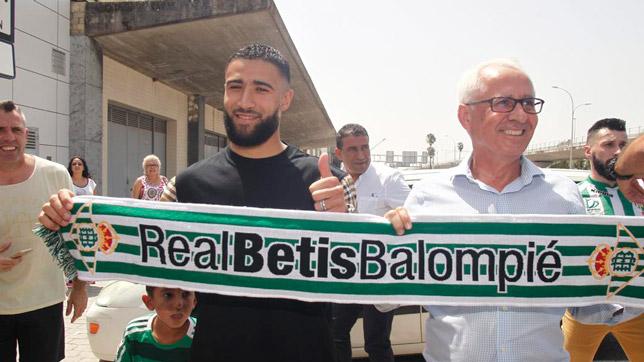 Fekir, a su llegada al aeropuerto de Sevilla (Foto: Manuel Gómez/ABC)