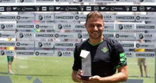 Joaquín posa con el MVP del Portimonense (Foto: LaLiga)