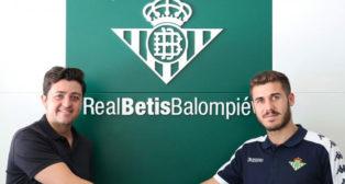 El director de cantera del Betis, Miguel Calzado, posa junto a Julio Gracia (Foto: Real Betis)
