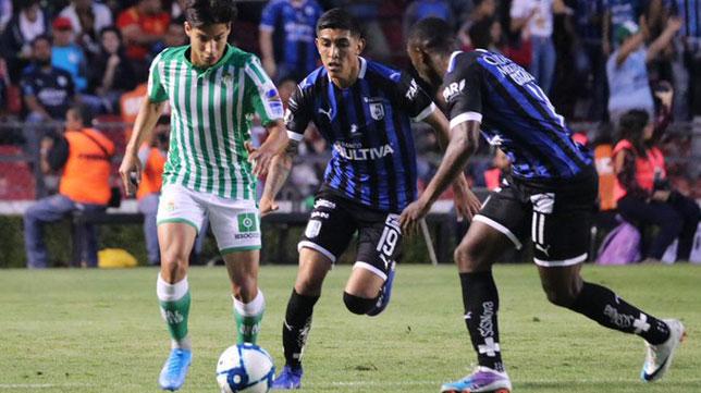 Diego Lainez encara a dos rivales durante el Querétaro-Betis (Foto: Real Betis).