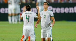 Benlamri y Mandi celebran el primer gol de Argelia a Nigeria en la semifinal de la Copa África celebrada este domingo (Foto: AFP)