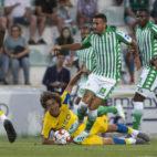 Camarasa avanza ante Fabio Silva y William Carvalho (Foto: Alberto Díaz).