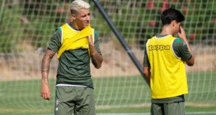 Tello y Lainez, durante el entrenamiento del Betis en Montecastillo (Foto: Paco Martín).
