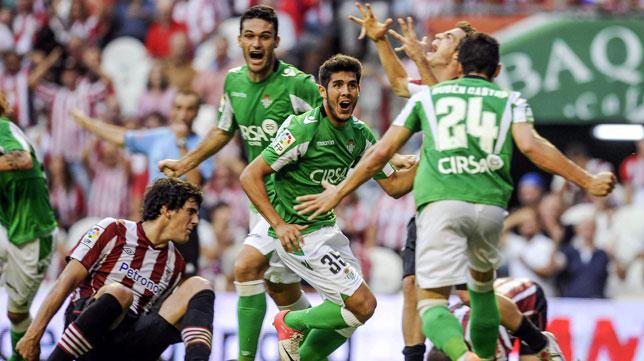 Los jugadores del Betis celebran un tanto en la victoria ante el Athletic en la temporada 2012-2013 (foto: EFE)
