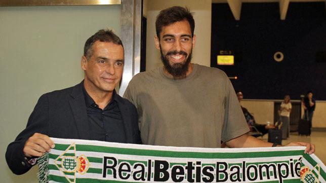 Borja Iglesias y Alexis en el aeropuerto de San Pablo (foto: Manuel Gómez)