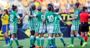 Las jugadores del Betis Féminas celebran uno de los goles al Cádiz (foto: EFE/ Román Ríos)
