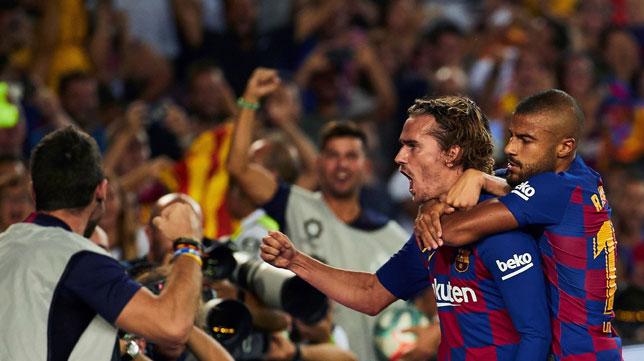Jordi Alba felicita a Griezmann tras uno de sus goles en el Barcelona-Betis (foto: EFE/Alejandro García)