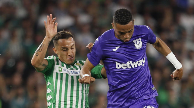 Guardado presiona a En-Nesyri, en el Betis-Leganés (foto: EFE)
