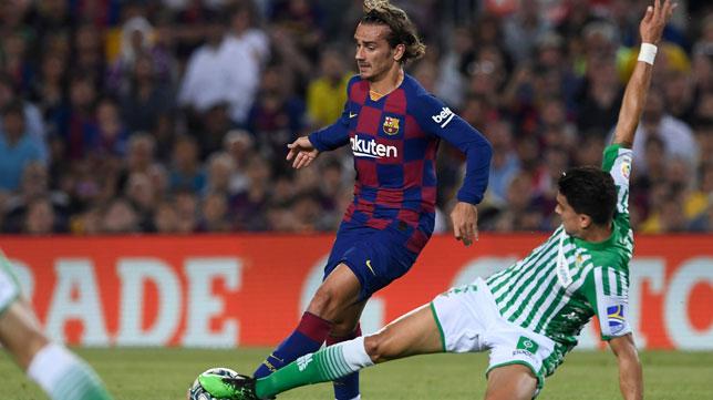 Bartra intenta arrebatarle el balón a Griezmann en el Barcelona-Betis