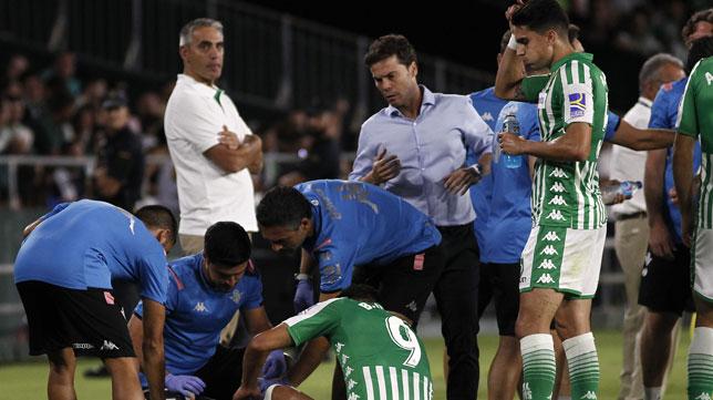 Borja Iglesias es atendido en el césped del Villamarín durante el Betis-Valladolid (Foto: Manuel Gómez/ABC)