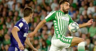 Borja Iglesias controla un balón durante el Betis-Valladolid