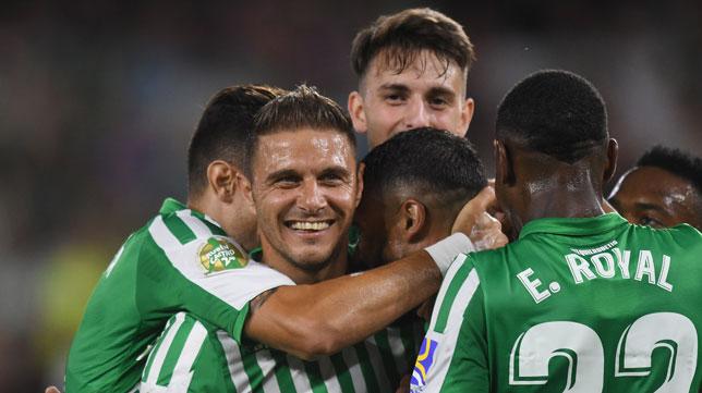 Los jugadores del Betis (algunos presentes en el Betis-Valladolid) celebran el gol de Fekir a Las Palmas (Foto: Juan José Úbeda)