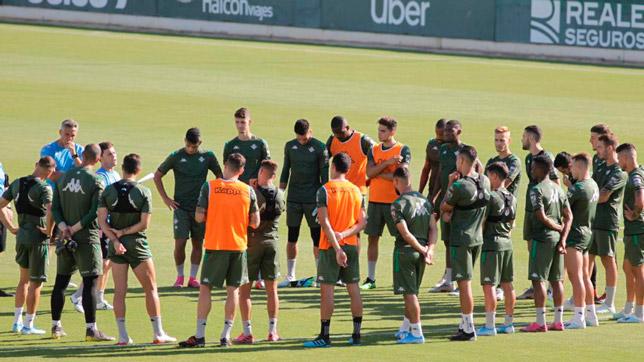 Los jugadores del Betis escuchan la charla de Rubi (Foto: MANUEL GÓMEZ)
