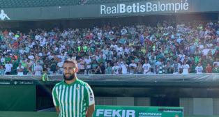 Fekir posa con la camiseta del Betis ante la afición en el Benito Villamarín