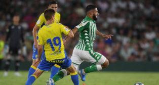 Fekir se va de dos jugadores de Las Palmas (Foto: Juan José Úbeda)