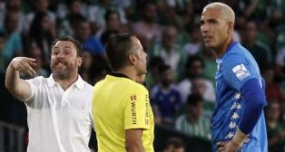 Joel Robles se retira del Betis-Valladolid tras ser expulsado (Foto: Manuel Gómez/ABC)