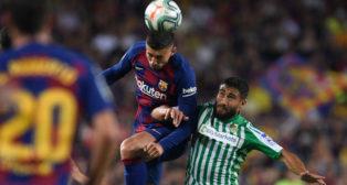 Lenglet cabecea un balón ante Fekir (AFP)
