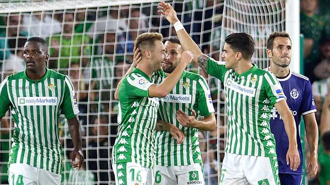 Loren (posible titular en el Barcelona-Betis) saluda a sus compañeros tras marcar su gol al Valladolid (Foto: AFP)