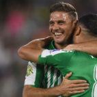 Joaquín felicita a Fekir tras su gol a Las Palmas (Foto: Juan José Úbeda)
