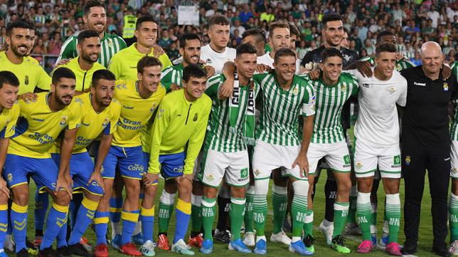 Rubén Castro con los jugadores del Betis y de Las Palmas, en el homenaje recibido en el Villamarín (Foto: J. J. ÚBEDA)