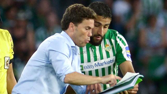 Rubi da instrucciones a Fekir durante el Betis - Valladolid