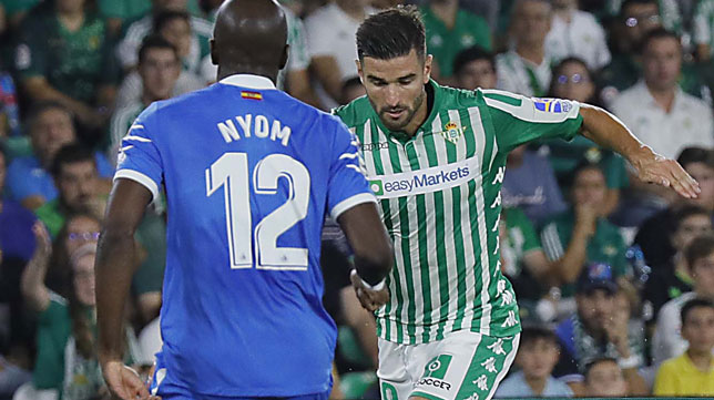 Barragán trata de encarar a Nyom durante el Betis-Getafe (Foto: Raúl Doblado)