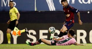 Bartra despeja un balón en el Osasuna- Betis (Foto: EFE)