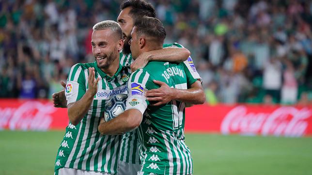 Los jugadores del Betis celebran un gol (Foto: RAÚL DOBLADO)