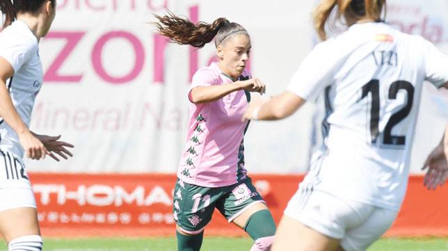 Nuria conduce el balón en el Madrid CFF-Betis Féminas (Foto: LaLiga.com)