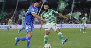 Fekir intenta interceptar un pase durante el Betis-Getafe (Raúl Doblado)