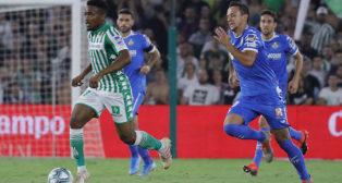 Kaptoum conduce el balón durante el Betis-Getafe (Raúl Doblado)