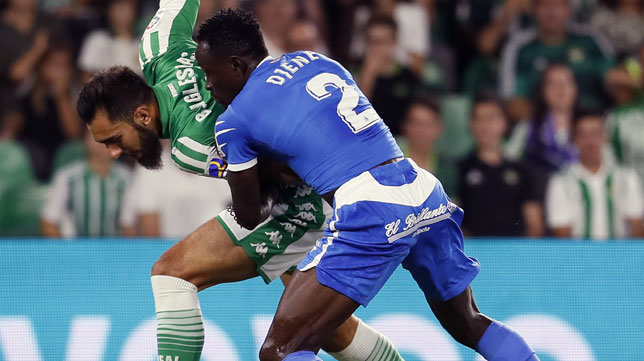 Borja Iglesias pugna con Djené durante el Betis-Getafe (EFE)