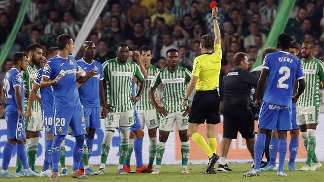 González González expulsa a William Carvalho en el Betis-Getafe (EFE)