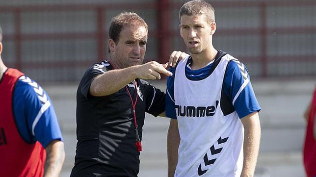 El técnico del Osasuna, Jagoba Arrasate, charla con Brasanac (Foto: C. A. Osasuna)
