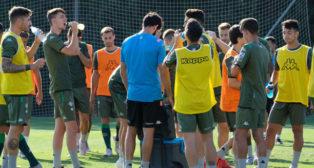 Los canteranos Raúl (segundo por la izquierda) e Ismael (primero por la derecha), durante un entrenamiento en Montecastillo (Foto: Paco Martín)