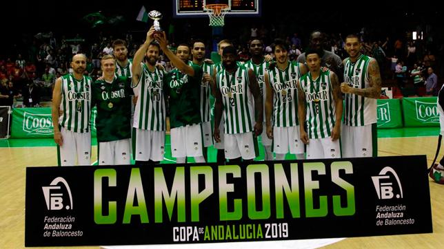 El Coosur Betis levanta el trofeo de la Copa Andalucía (Foto: JUAN FLORES)