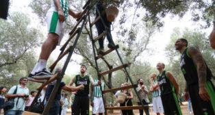 Los jugadores del Coosur Betis, en la finca de su patrocinador (Foto: Vanessa Gómez)